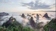 """万佛山丹霞峰林--被地理学家誉为""""绿色万里长城"""""""